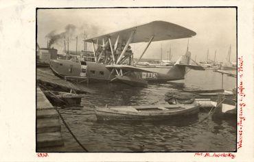 Wasser-Flugzeug im Hafen von Triest